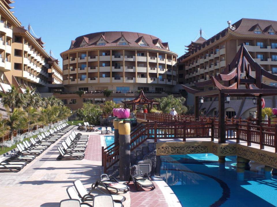Blick vom Pool auf das Hotel Hotel Royal Dragon