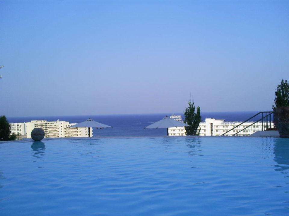 Widok z bufetu na basen i morze Esperos Village Blue & Spa