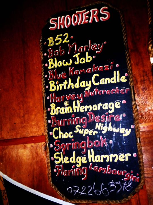 """Shooters und Cocktails"""" Hotel Island Vibe Backpackers in Jeffreys Bay ..."""