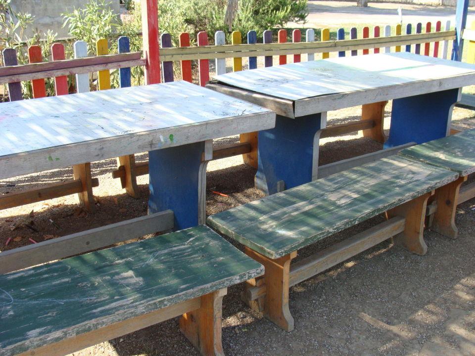 Tische und Bänke für den Speermüll Villaggio Turistico Mare Si
