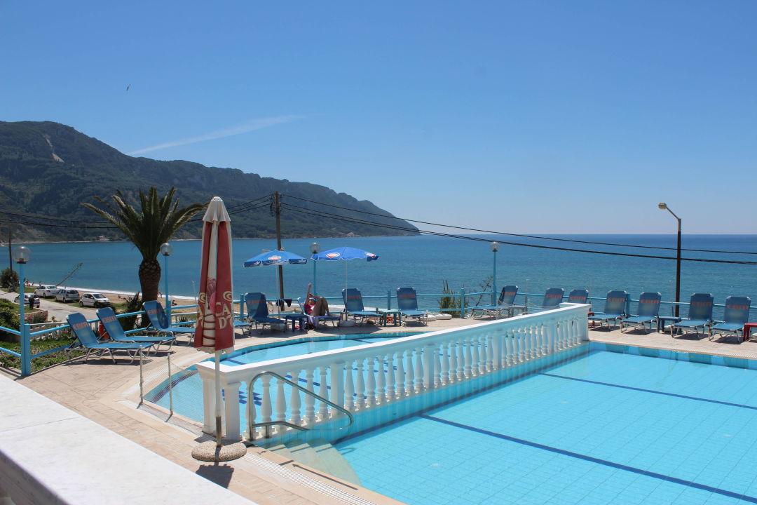 ausblick mit pool und meer hotel belle helene beach agios georgios pagi holidaycheck. Black Bedroom Furniture Sets. Home Design Ideas