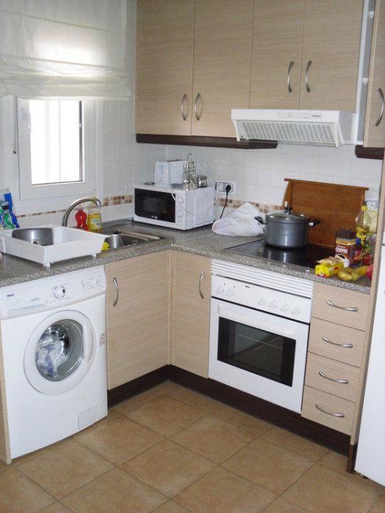 Küche mit Waschmaschine\