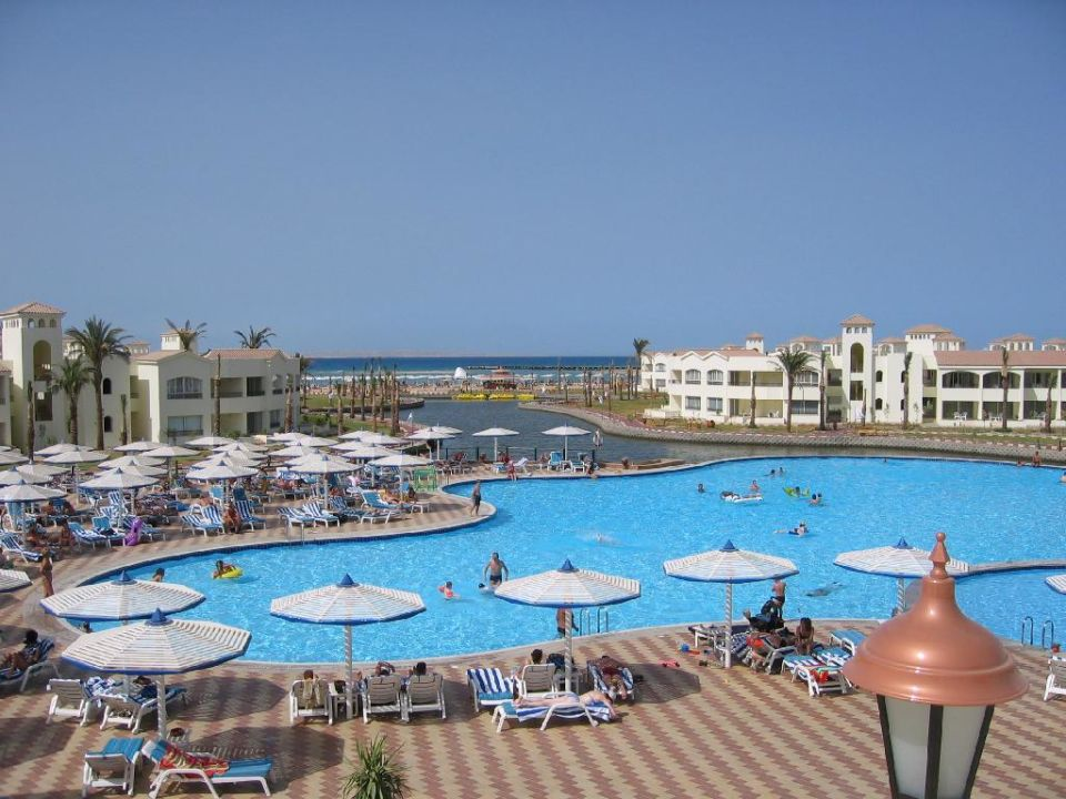 der Pool neben dem Castello Restaurant Dana Beach Resort