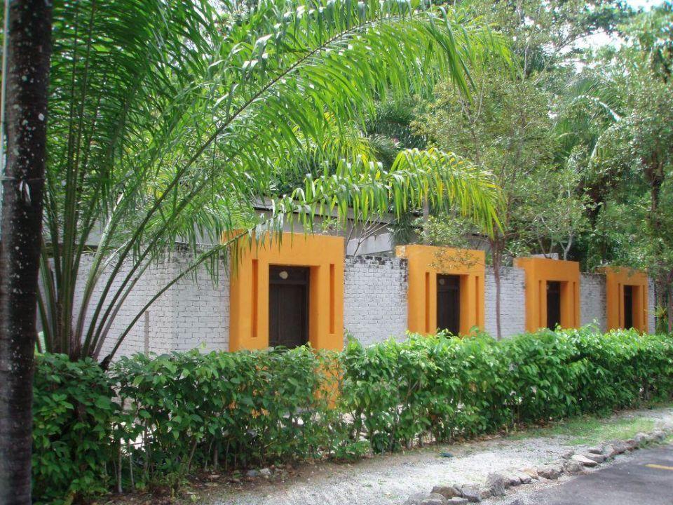 Eingang zu den kleinen Eigengärten Lone Pine Hotel