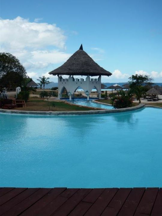 Poollandschaft mit Jakuzzi Three Cities Zanzibar Beach Resort