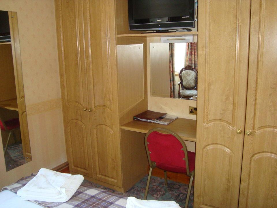 schrank mit integriertem schreibtisch tv duke of gordon hotel in. Black Bedroom Furniture Sets. Home Design Ideas