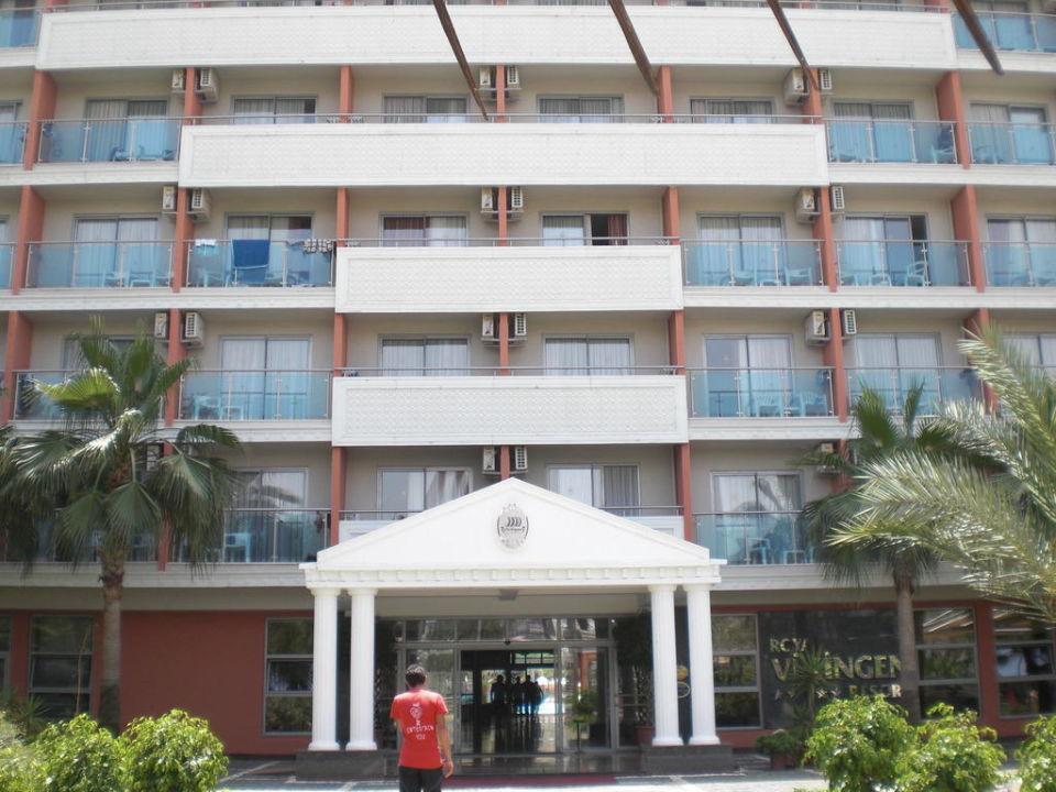 Blick von der Straße zum Hotel Insula Resort & Spa