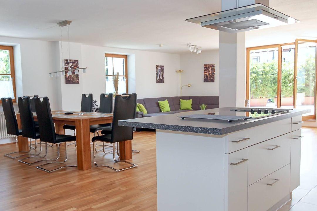 offenes wohnzimmer mit küche und essbereich