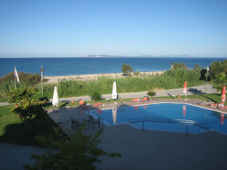 vom balkon auf pool und strand hotel coralli perdika. Black Bedroom Furniture Sets. Home Design Ideas