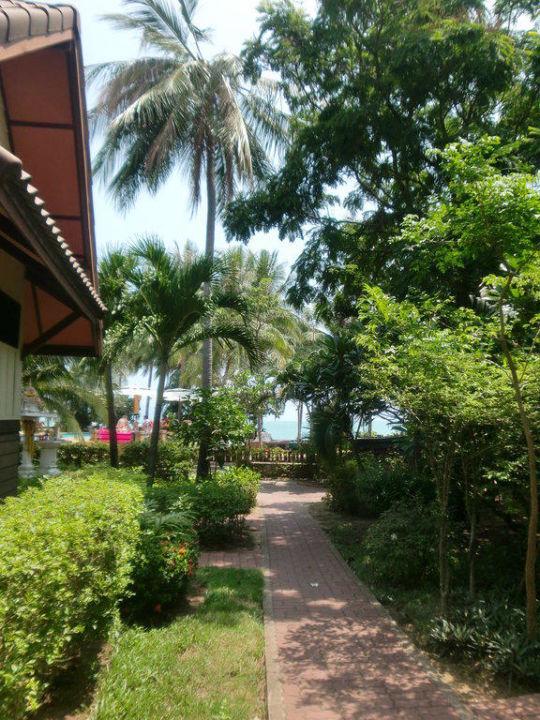 Fußweg zum Strand/ Restaurant Pinnacle Samui Resort