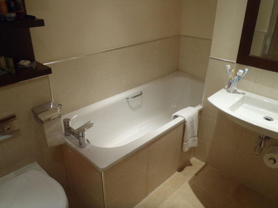 Badezimmer   Wanne/Waschbecken Hotel Hilton Garden Inn Aberdeen City Centre