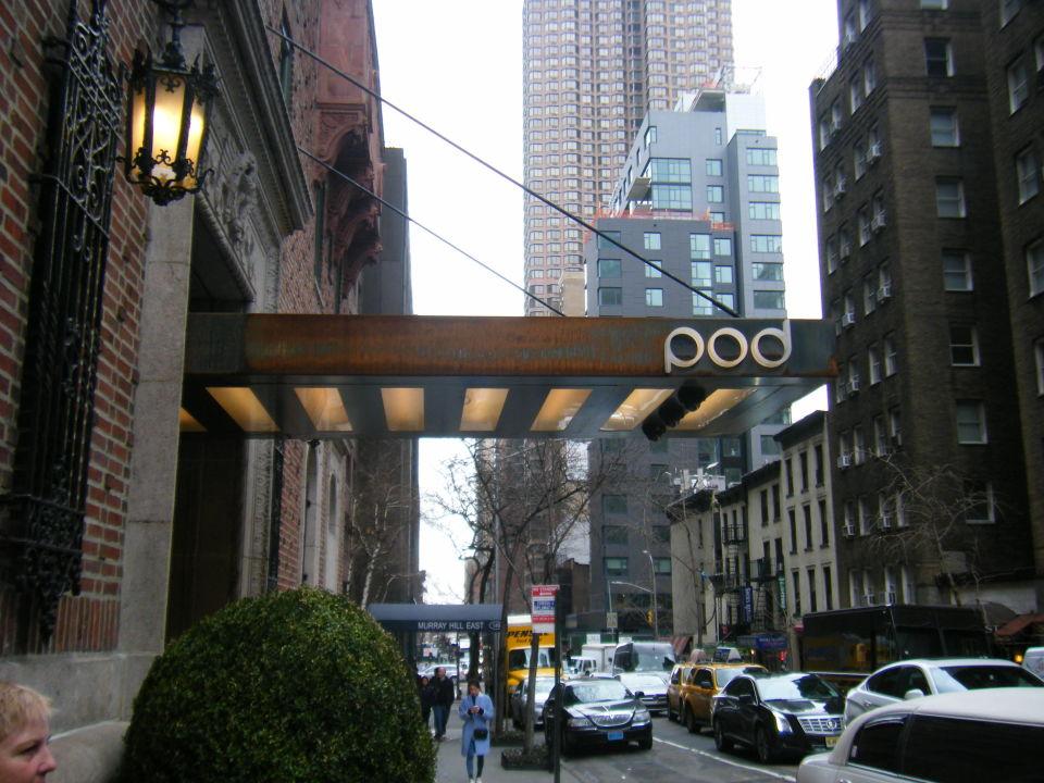 Bild nachttisch bett schreibtisch zu the pod hotel 51 for Schreibtisch york