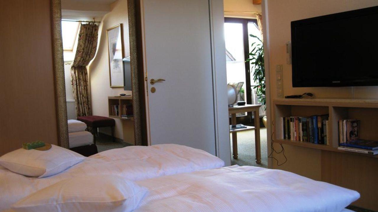 Großartig Fernseher Für Schlafzimmer Das Beste Von Mit Chrank Und Land & Golf Hotel