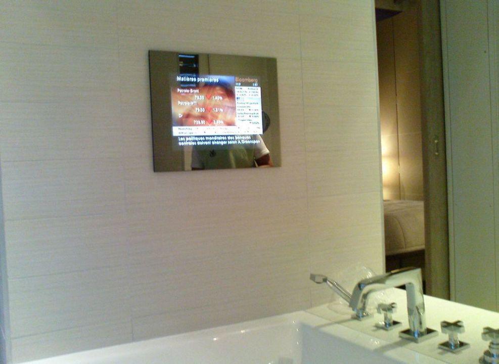 Badezimmer mit TV Monitor\