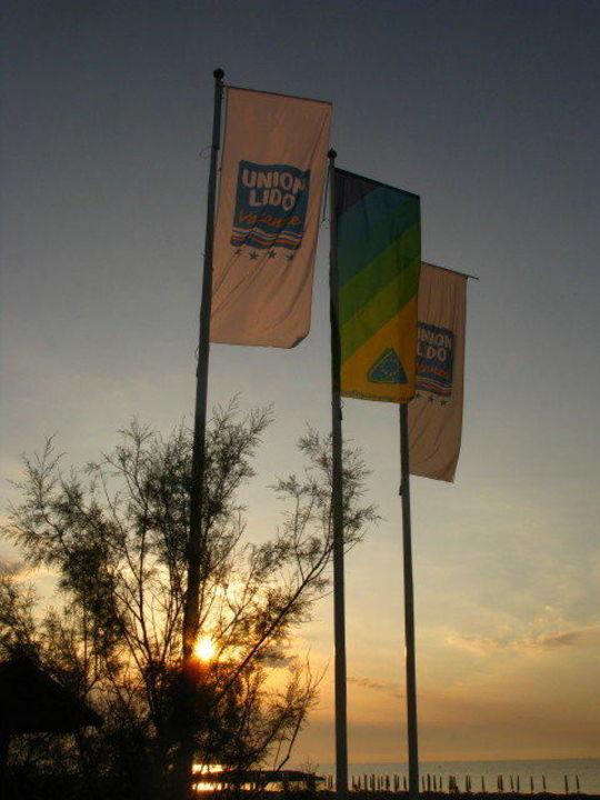 Flaggen am Hauptausgang zum Strand Camping Union Lido