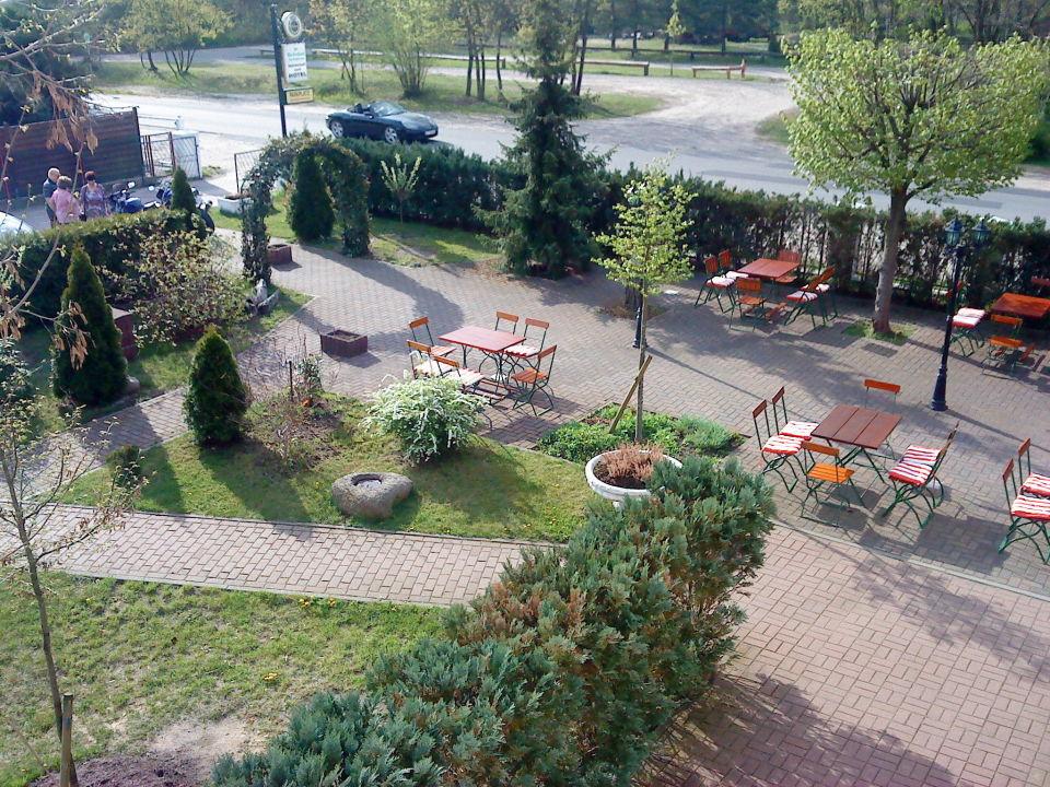 Gartenanlage und Parkplatz\
