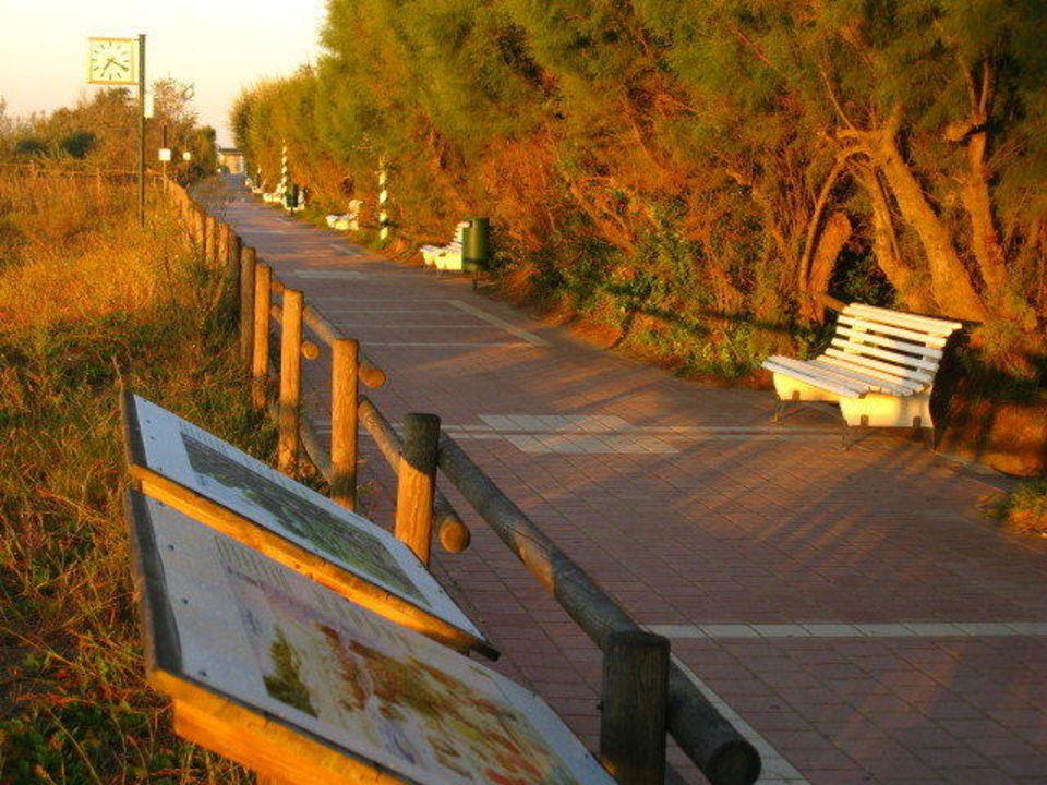 Strandpromenade vor dem Campingplatz im Abendlicht Camping Union Lido