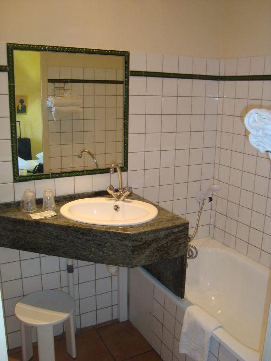 """Bild """"bad: waschbecken und badewanne ohne vorhang"""" zu vert hôtel ..."""