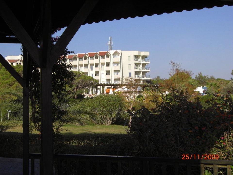 Von der Strandbar mit Blick zum Hotel Arcanus Side Resort