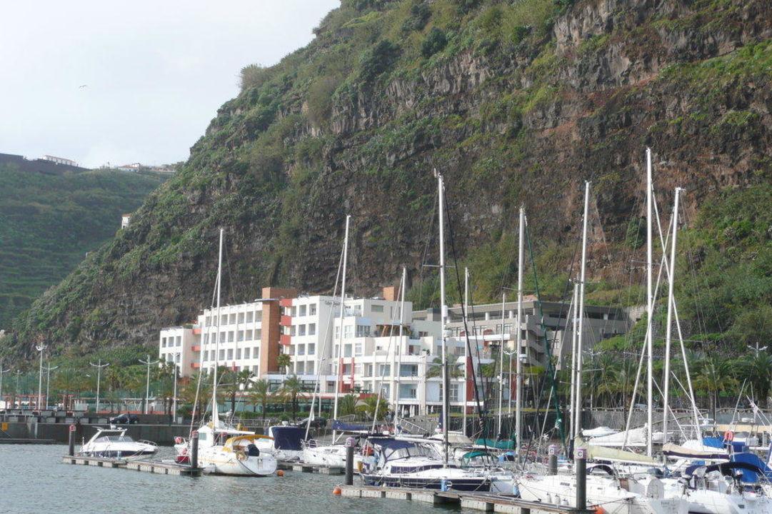 Blick vom Jachthafen auf das Hotel Calheta Beach