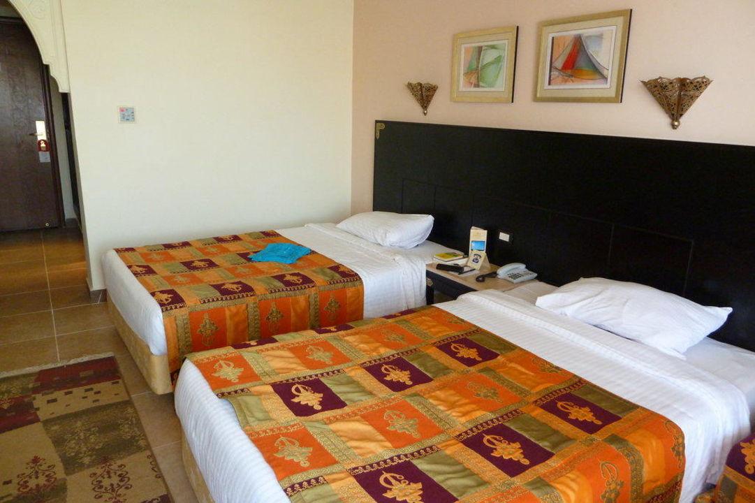 Zwei bequeme, breite Betten Albatros Palace Resort