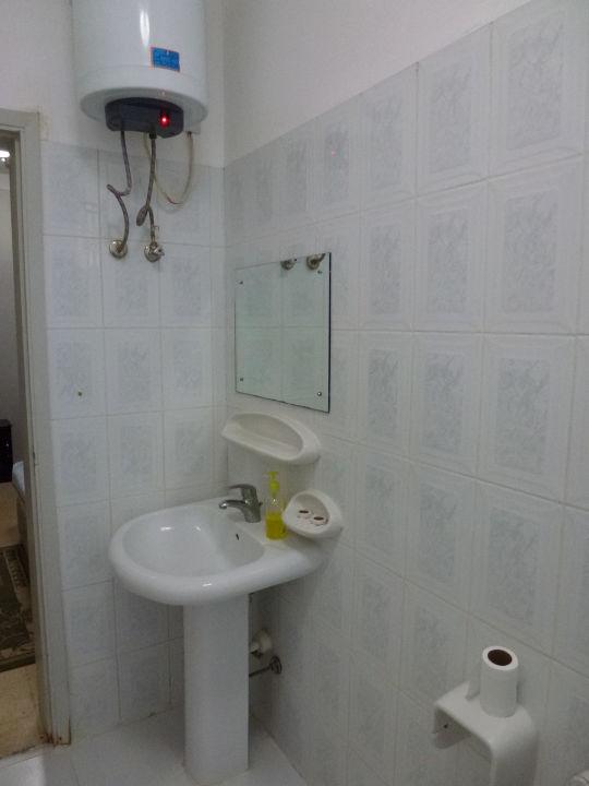 Waschbecken mit Warmwasserboiler\