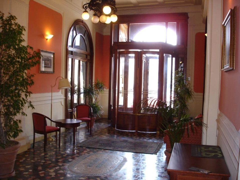 Hall Hotel Excelsior