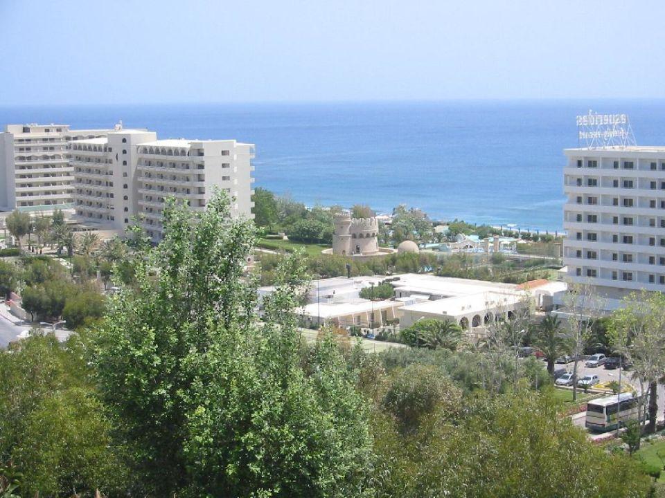 Blick von Esperos Village auf Esperos Palace (links) Hotel Esperos Palace