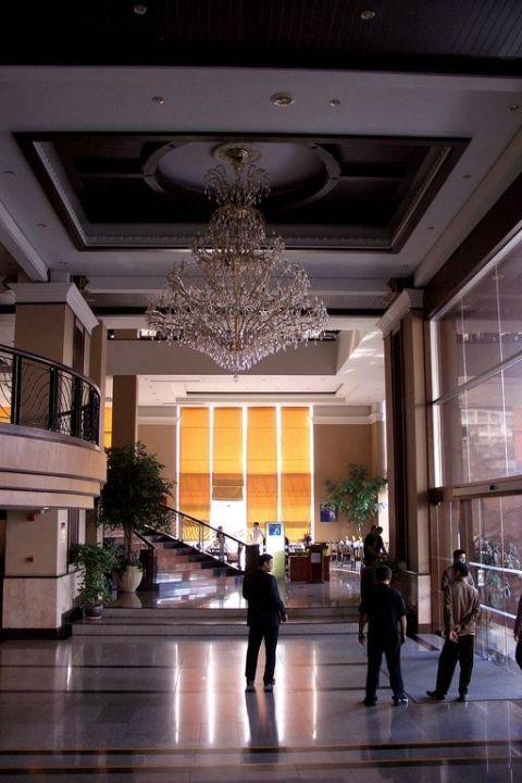 Restaurantblick und Aufgang Duangtawan Hotel Chiang Mai