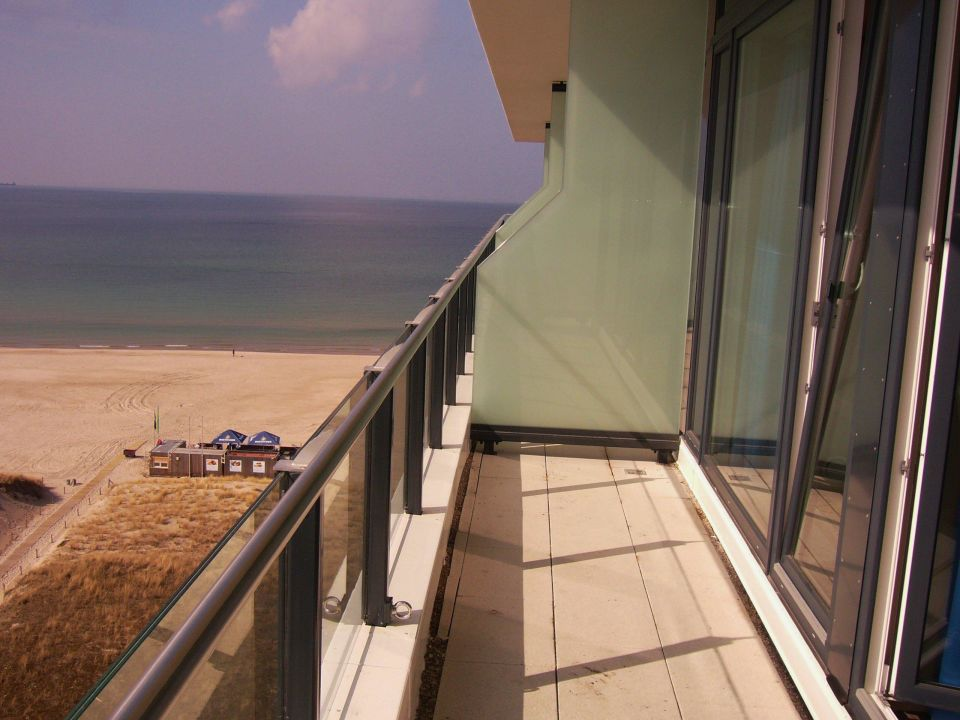 Der riesenbalkon im 11 stock panorama suite a ja for Aja resort warnemunde suite