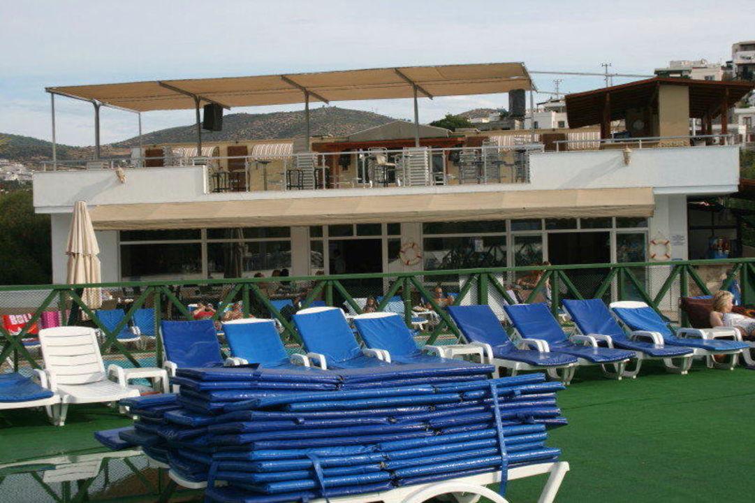 Blick vom Pool auf Bar und Restaurant Hotel Eken Resort