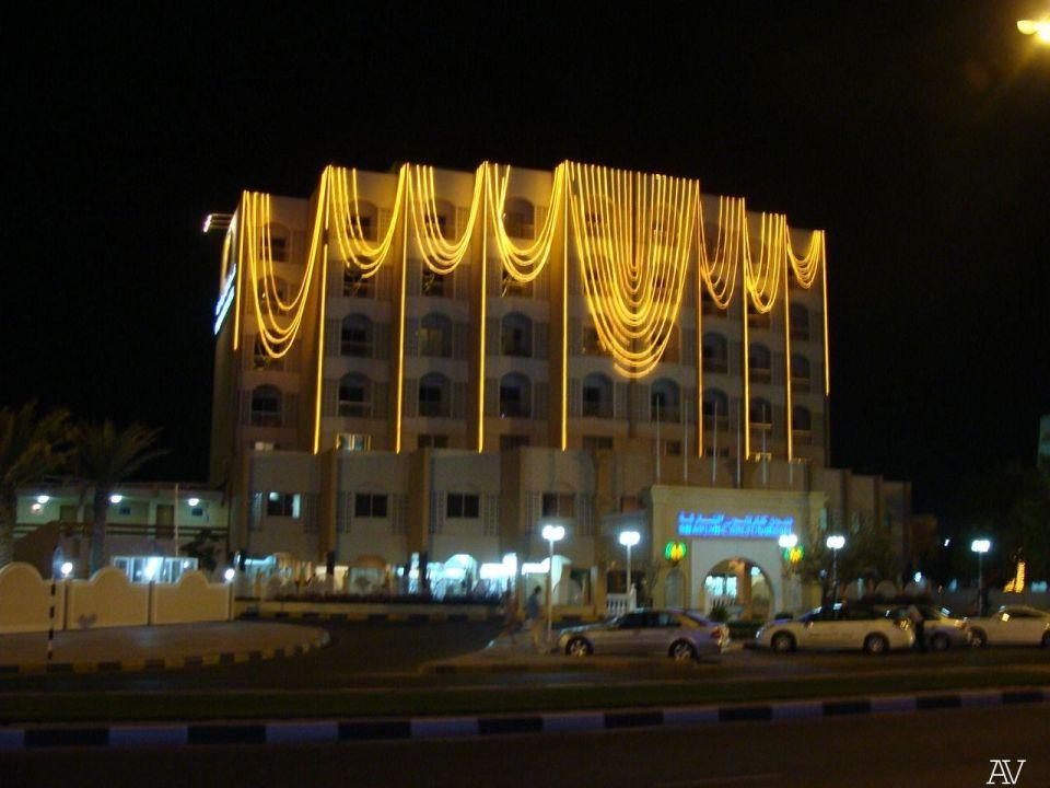 Отель вечером Hotel Sharjah Carlton