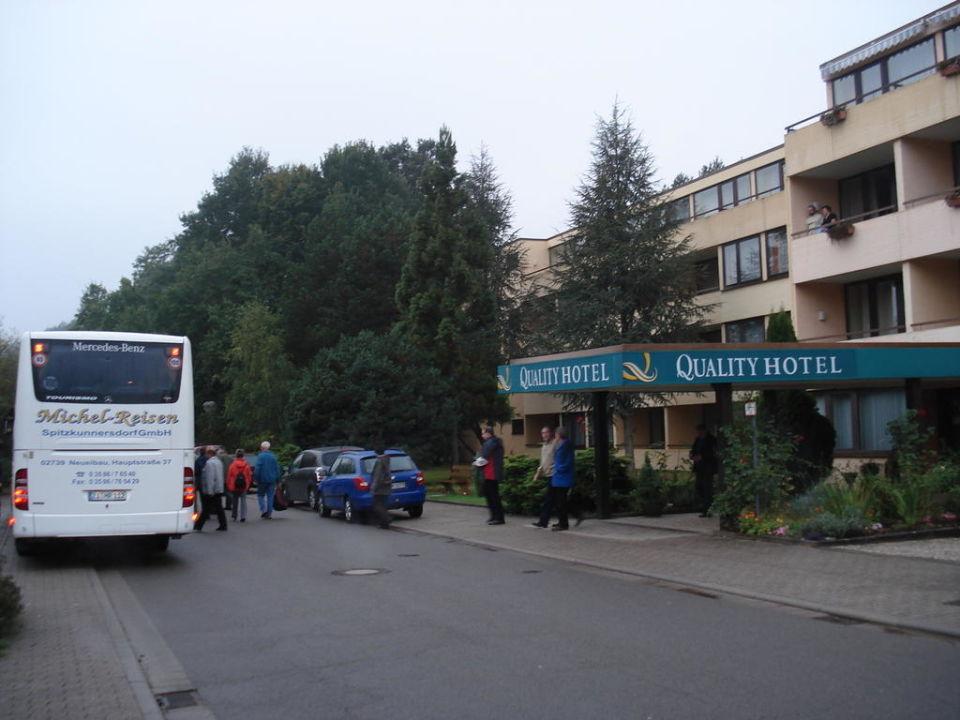 Start zu einem Ausflug vor dem Hoteleingang Landhotel Wasgau