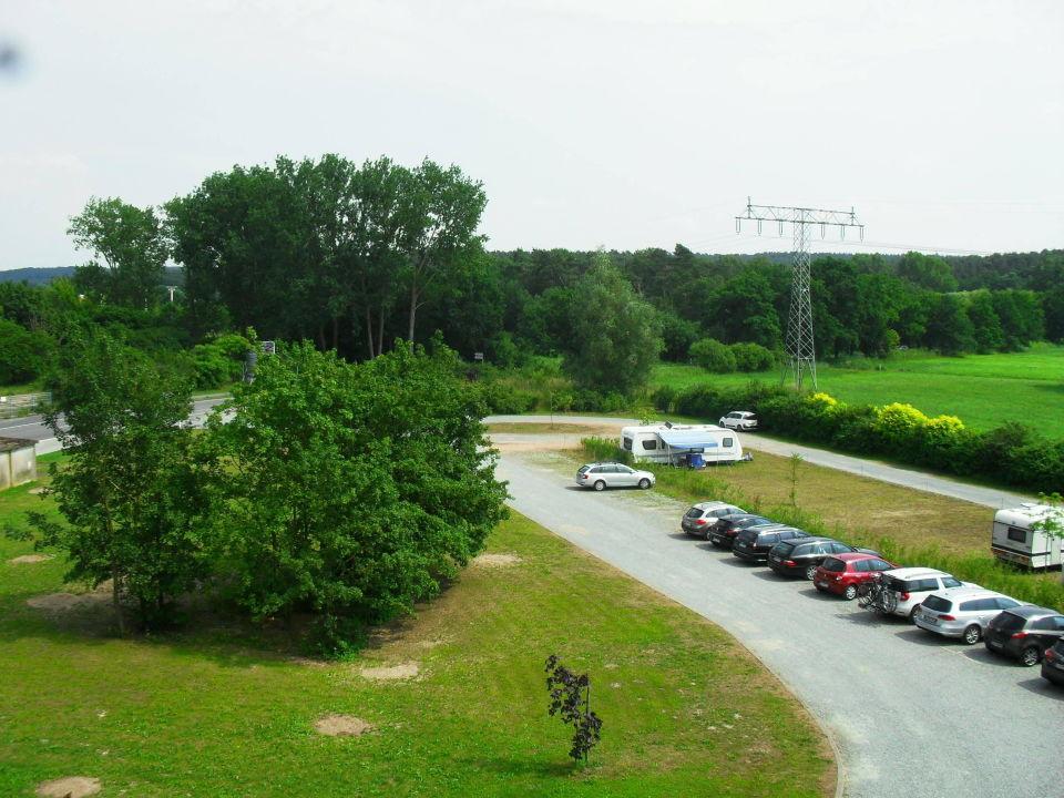 Blick aus dem Fenster zum Parkplatz (geschottert) Hotel am Tierpark