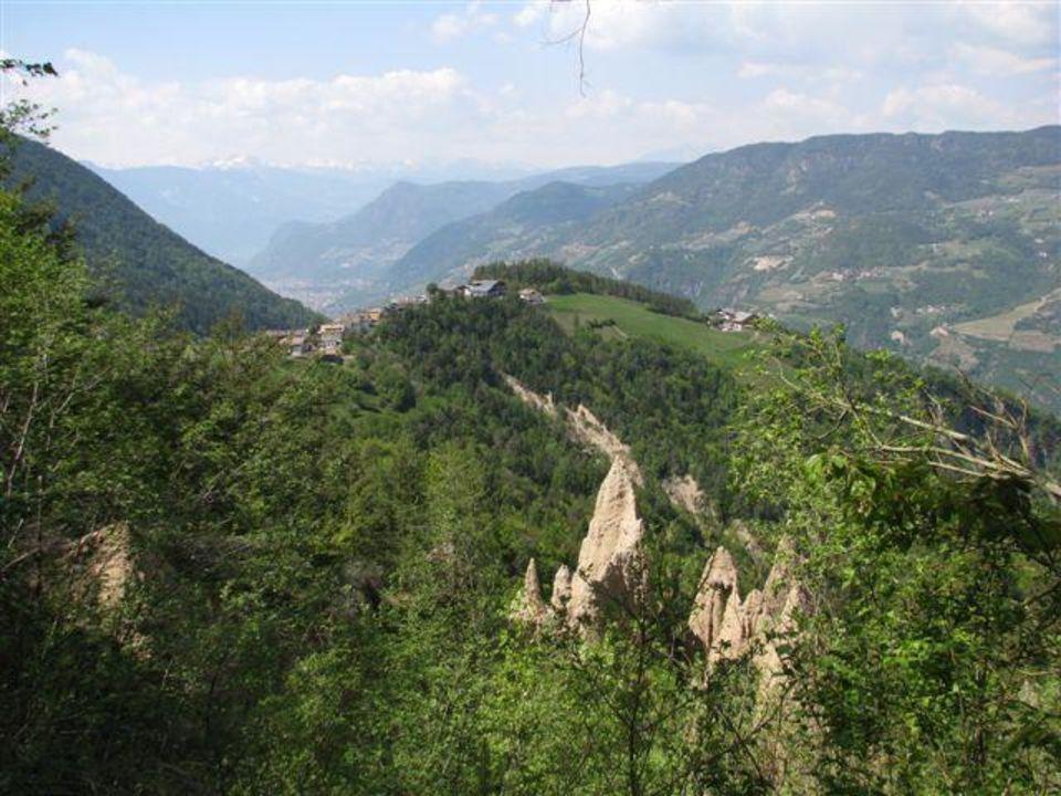 Erdpyramiden mit Schlern im Hintergrund Sonnleiten Dolomiten Residence Ferienwohnungen Südtirol