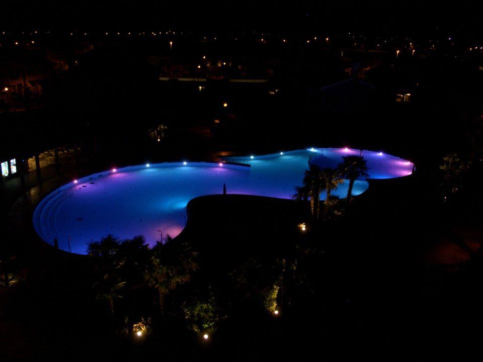 Der Pool am Abend Villaggio Amare