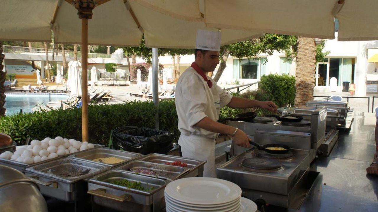 Sympatyczny kucharz o imieniu Islam Taba Hotel & Nelson Village