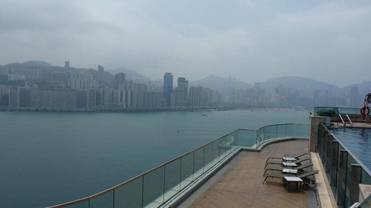 Pool mit Blick auf Hong Kong Island Harbour Grand Kowloon