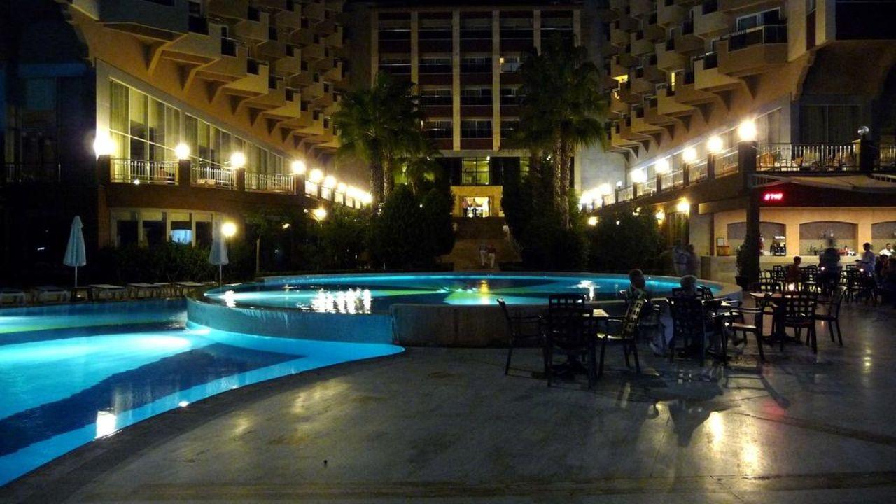 Hotel mit Pool bei Nacht Hotel Terrace Beach Resort