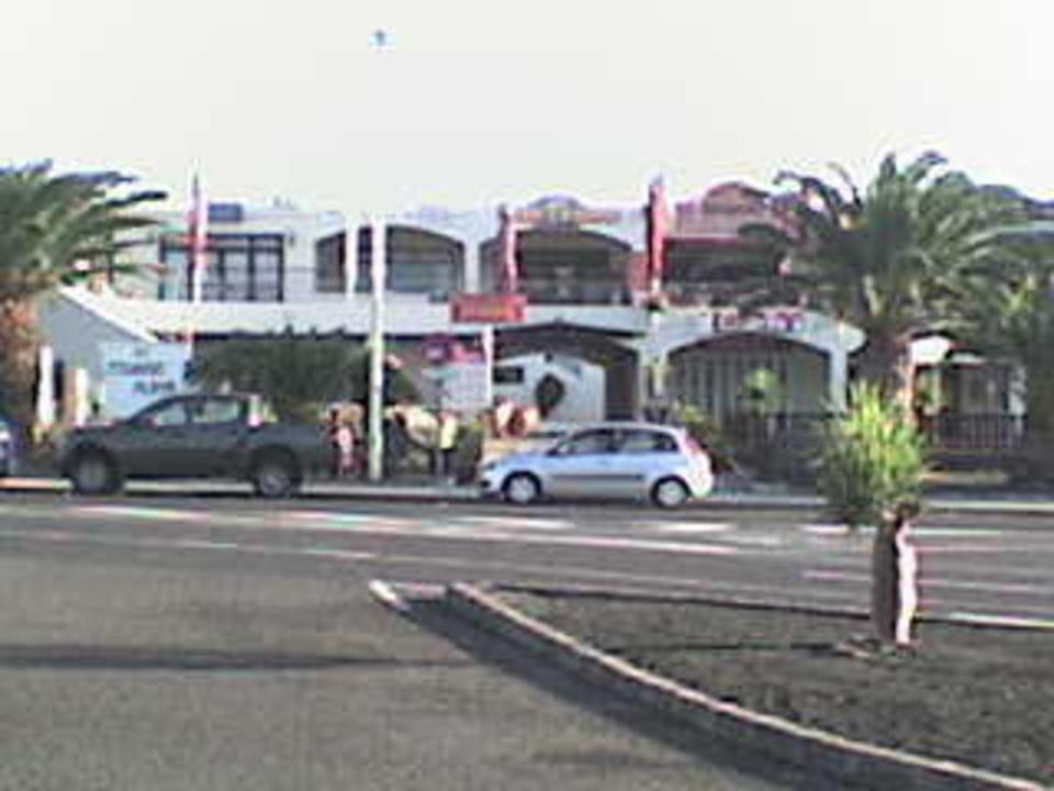 Blick auf eines der Shopping-Center gegenüber Hotel Grand Teguise Playa