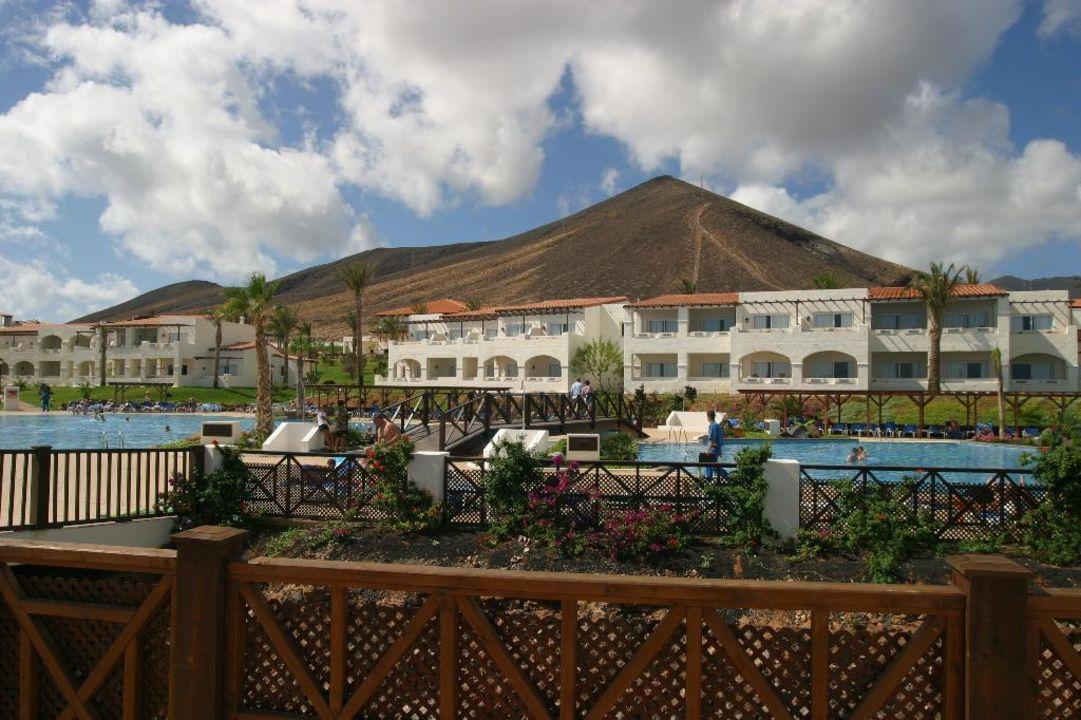 Vom Pool über die Anlage hin zum Berg hinter dem Hotel TUI MAGIC LIFE Fuerteventura