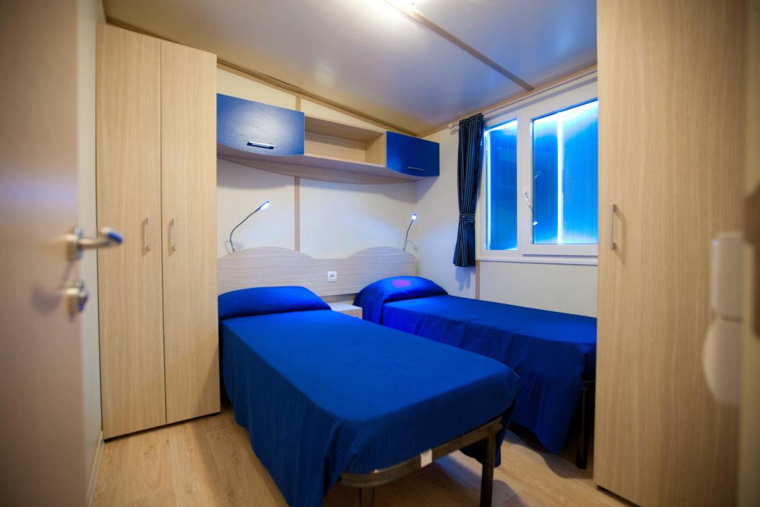 Camera Da Letto Blu : Home interno camera da letto blu arredamento copriletto