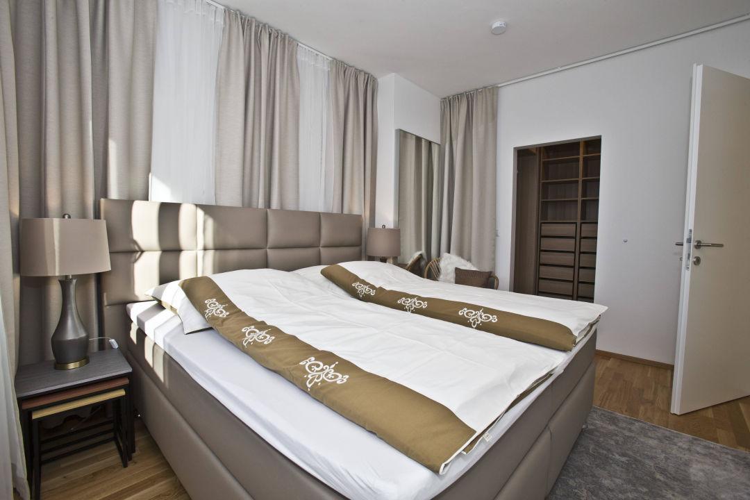 Schlafzimmer mit Ankleide\