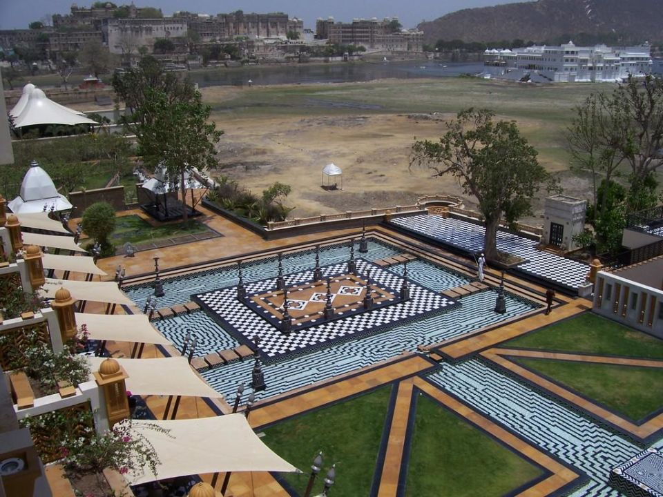 wasserlauf im garten the leela palace udaipur udaipur holidaycheck rajasthan indien. Black Bedroom Furniture Sets. Home Design Ideas