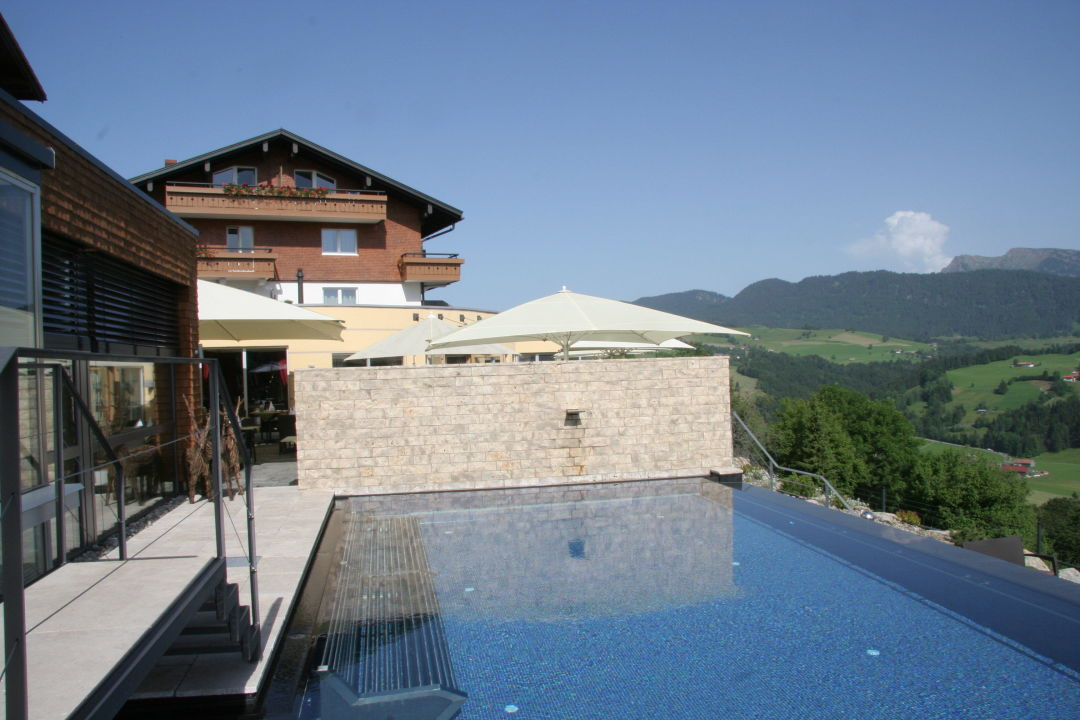 Infinity pool mit blick in die berge bergkristall natur for Designhotel in den bergen