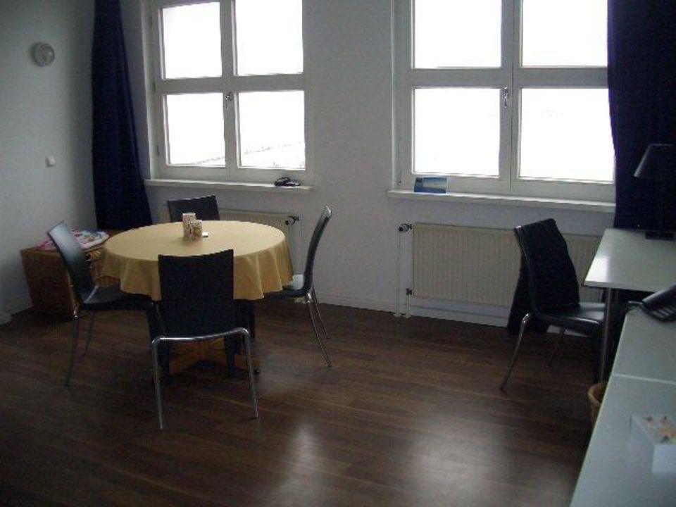 Esstisch im Wohnzimmer Ferienwohnungen Kaiservillen - Ferienwohnungen Seebrücke