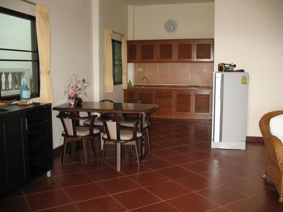Einbauküche mit Kühlschrank und Esstisch \