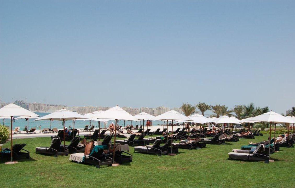 Liegen im Park beim Strand The Westin Dubai Mina Seyahi Beach Resort & Marina