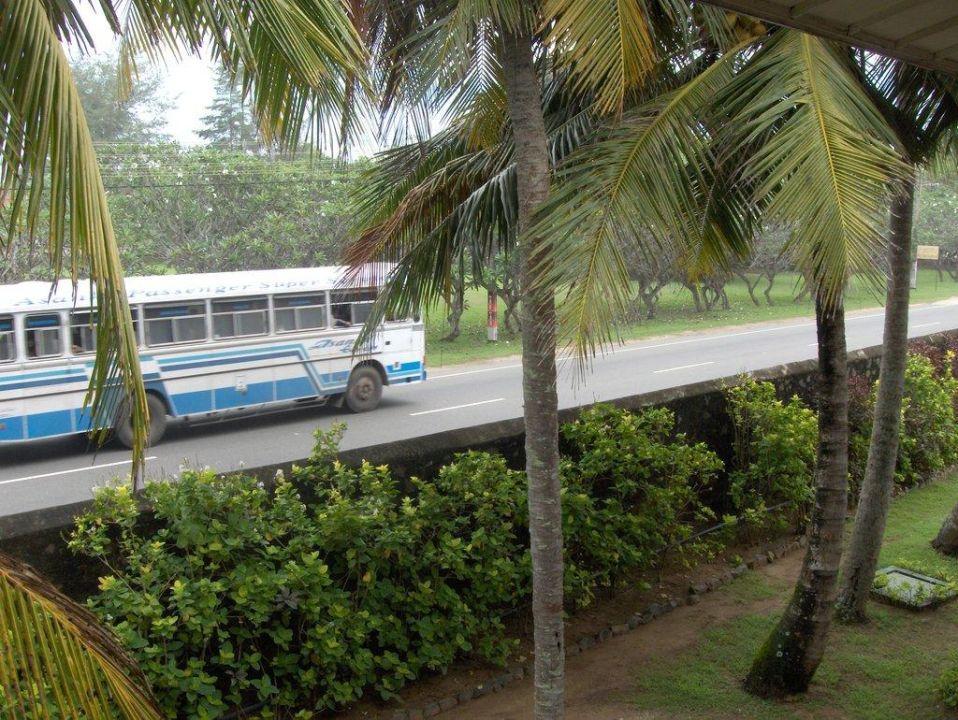 Straßenlärm - ab 6 Uhr Dauerhupe der Busfahrer Hotel Koggala Beach