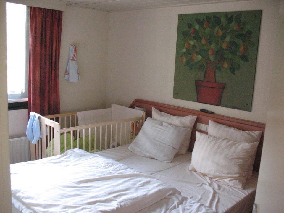 Schlafzimmer mit Platz für das Babybett\